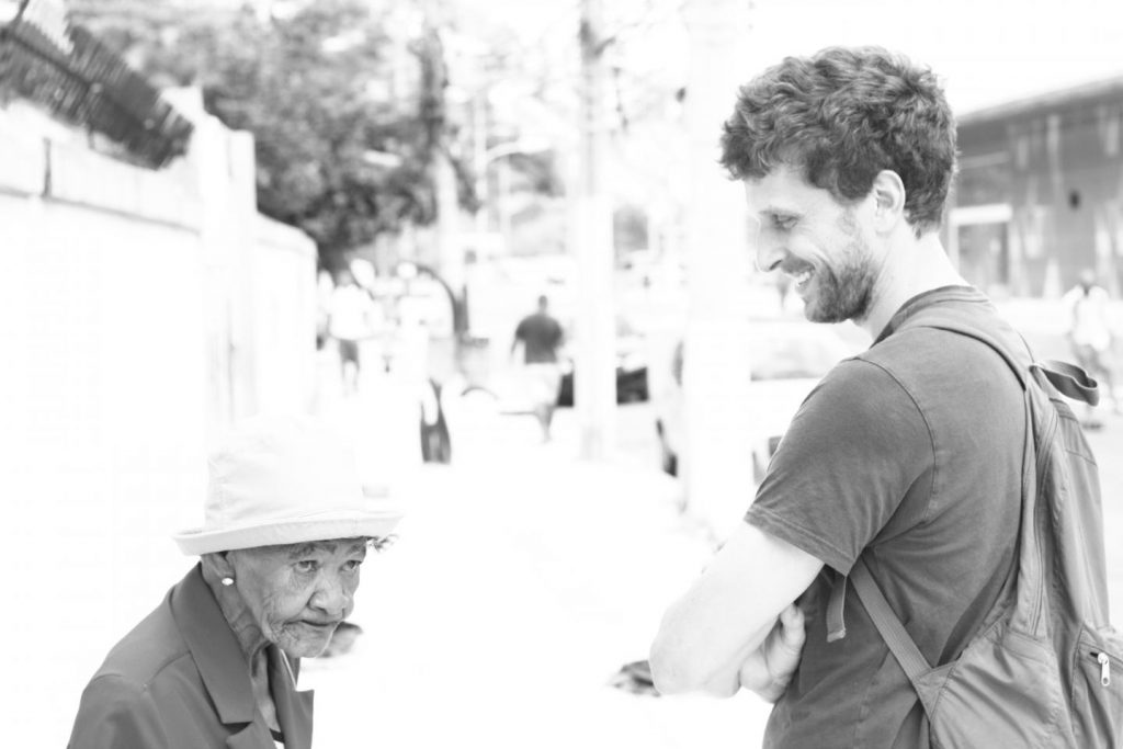 Robert Snyder speaks with Dona Manuela, a member of the Preventório community. Image/Lucas Garcia Nunes