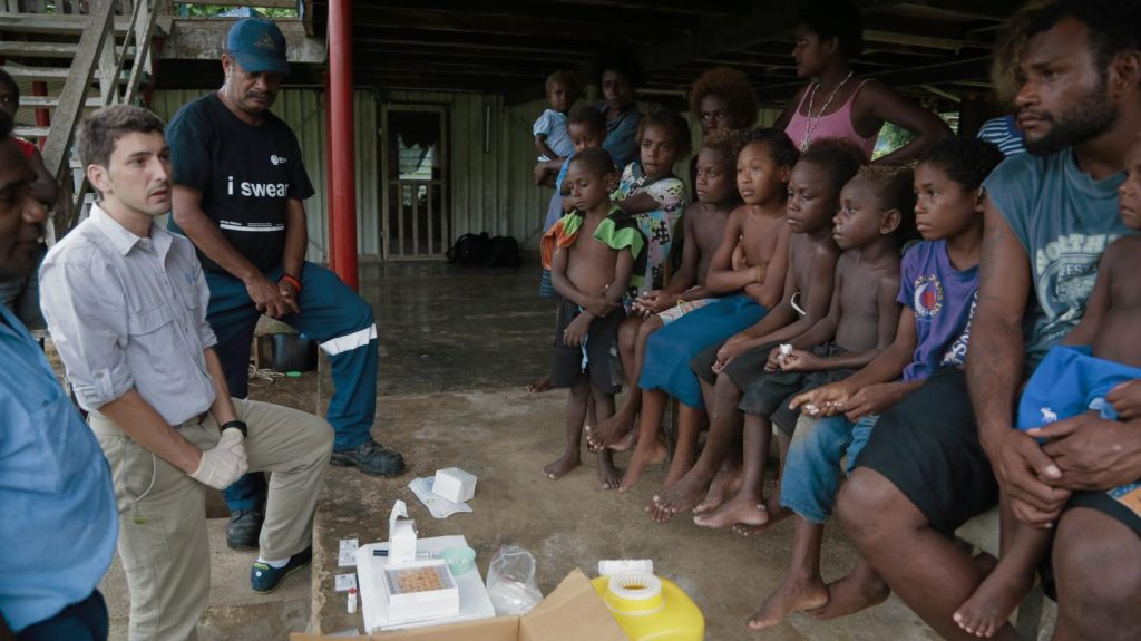 ISGlobal researcher Oriol Mitjà meets with a community in Papua New Guinea affected by yaws, a tropical skin disease Image/David Fontseca